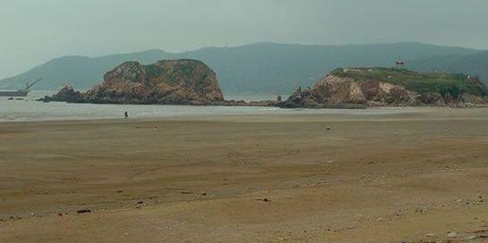 基湖沙滩以海水蔚蓝,沙质纯净,沙粒细软见长,是理想海滨浴场.